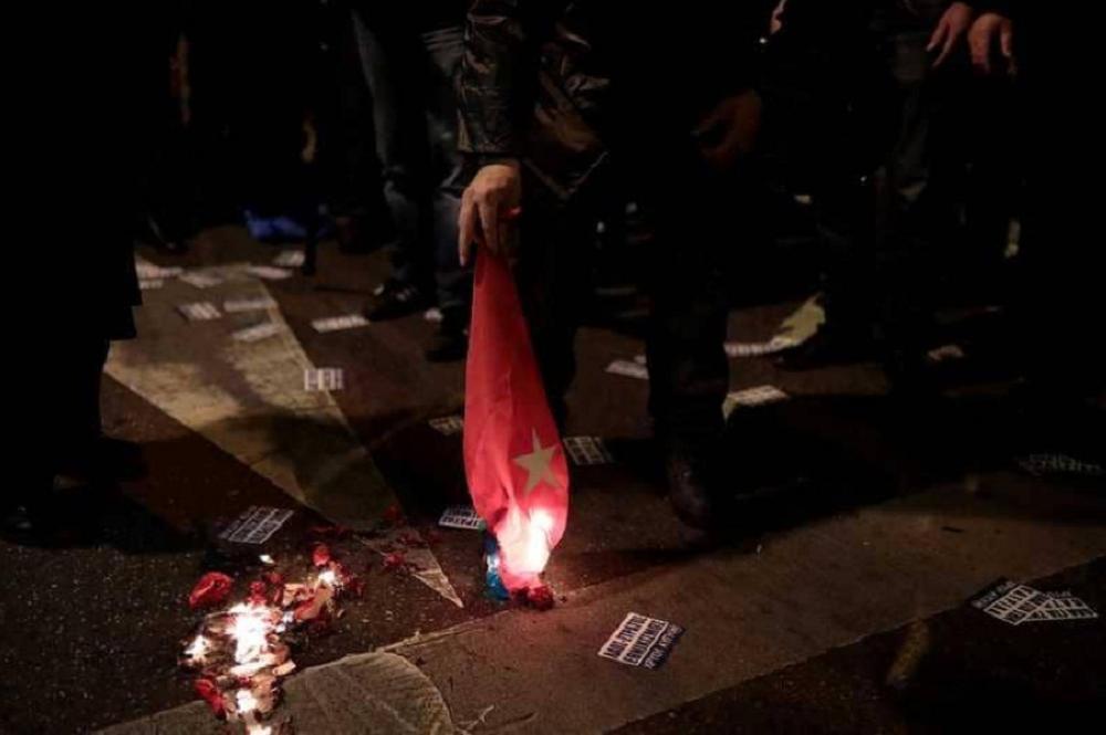 حرق الأعلام التركية في شوارع أثينا