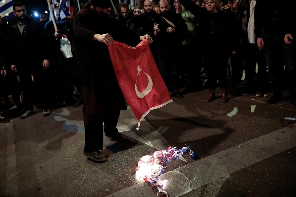 حرق العلم التركى
