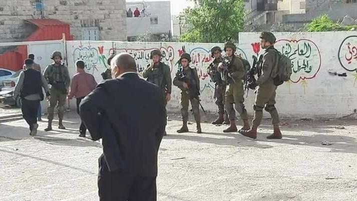 قوات الاحتلال تقتحم مدرسة النهضة الابتدائية في مدينة الخليل2