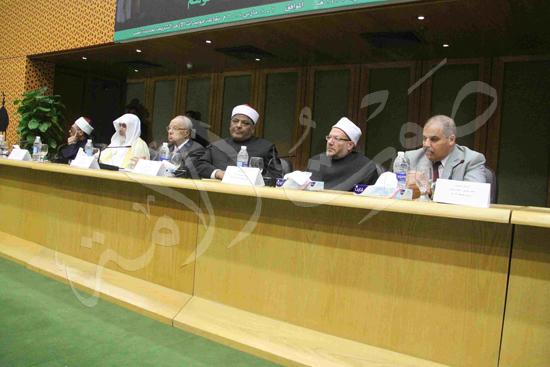 الدكتورمحمد المحرصاوى رئيس جامعة الأزهر خلال الجلسه الافتتاحيه (23)