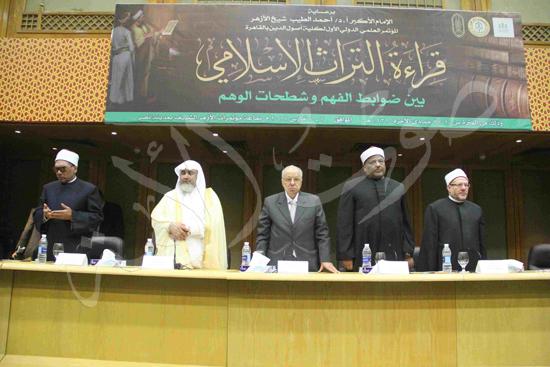 الدكتورمحمد المحرصاوى رئيس جامعة الأزهر خلال الجلسه الافتتاحيه (1)