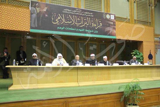 الدكتورمحمد المحرصاوى رئيس جامعة الأزهر خلال الجلسه الافتتاحيه (40)