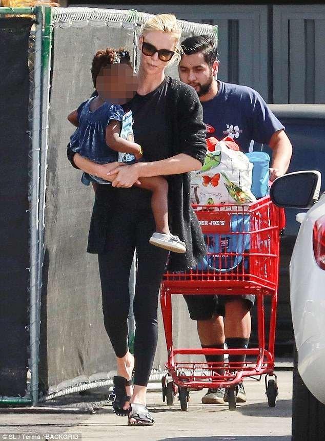 تشارليز ثيرون تتسوق برفقةأوغست في لوس أنجلوس (2)