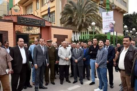 محافظ الشرقية يشارك المواطنين فرحتهم بفوز السيسي  (1)