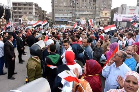 محافظ الشرقية يشارك المواطنين فرحتهم بفوز السيسي  (3)