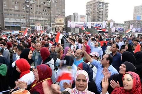 محافظ الشرقية يشارك المواطنين فرحتهم بفوز السيسي  (2)