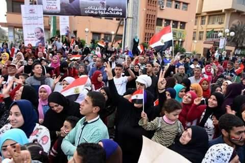 محافظ الشرقية يشارك المواطنين فرحتهم بفوز السيسي  (4)