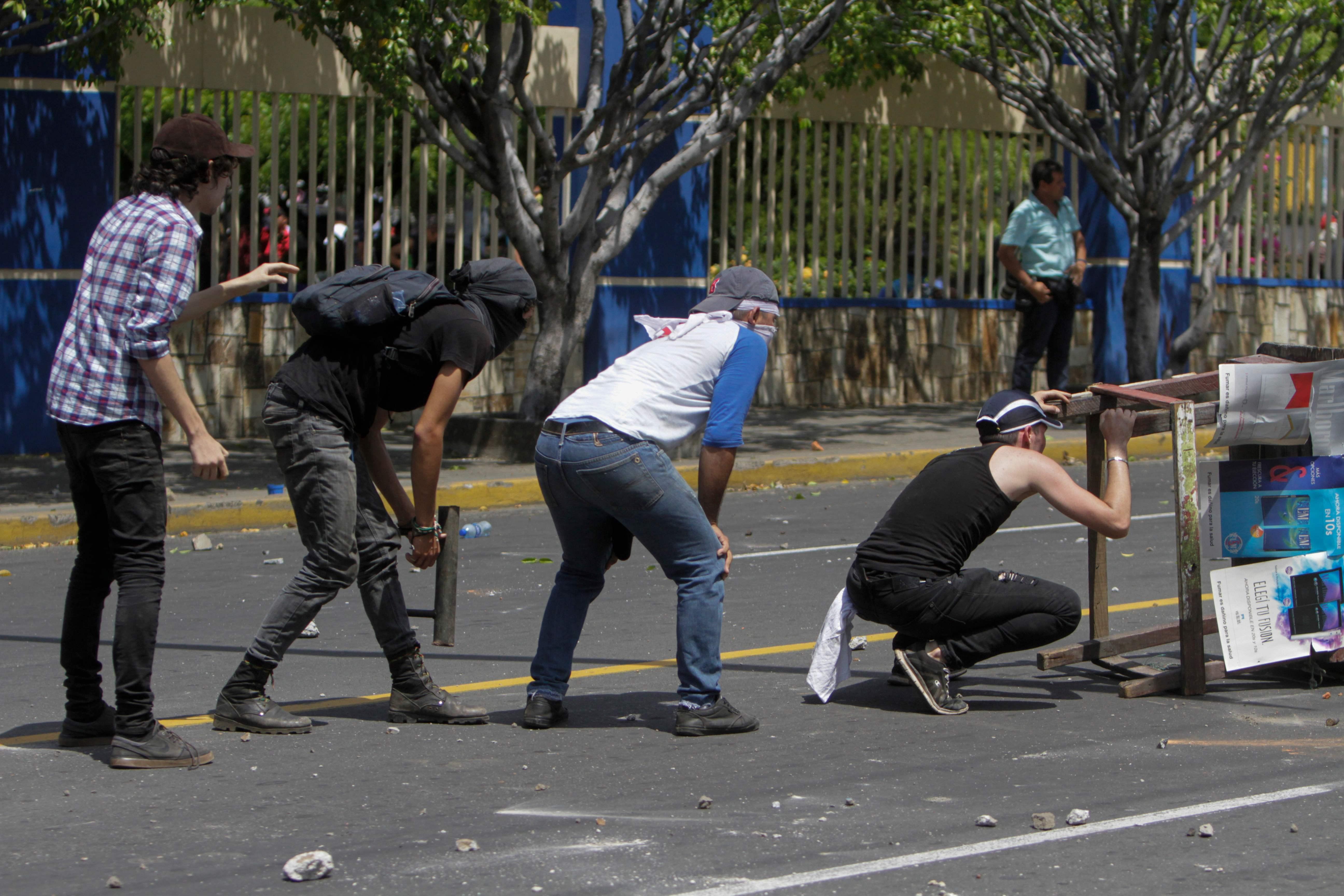 جانب من الاشتباكات بين قوات الامن والطلاب