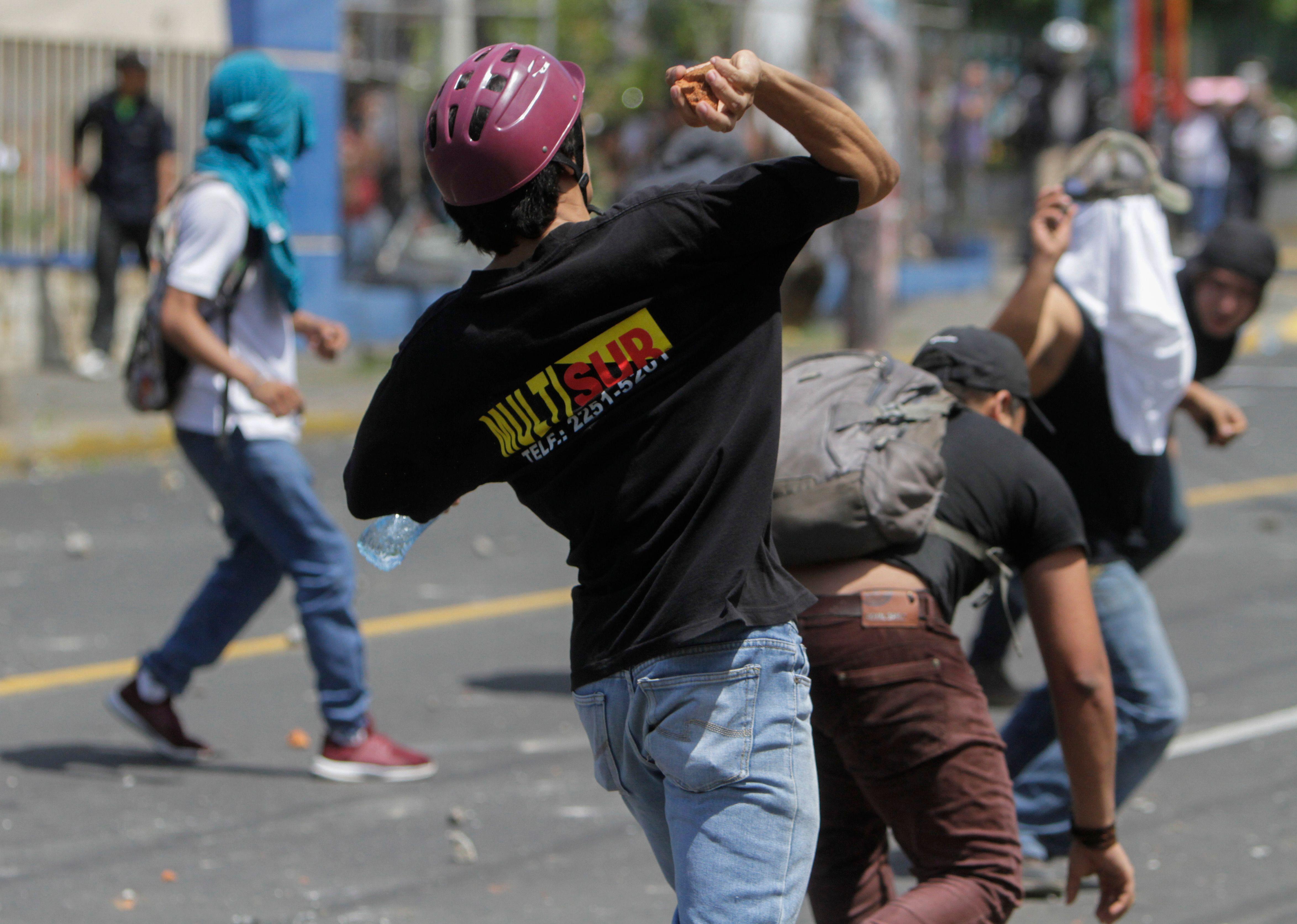 المحتجون يقذفون الشرطة بالحجارة