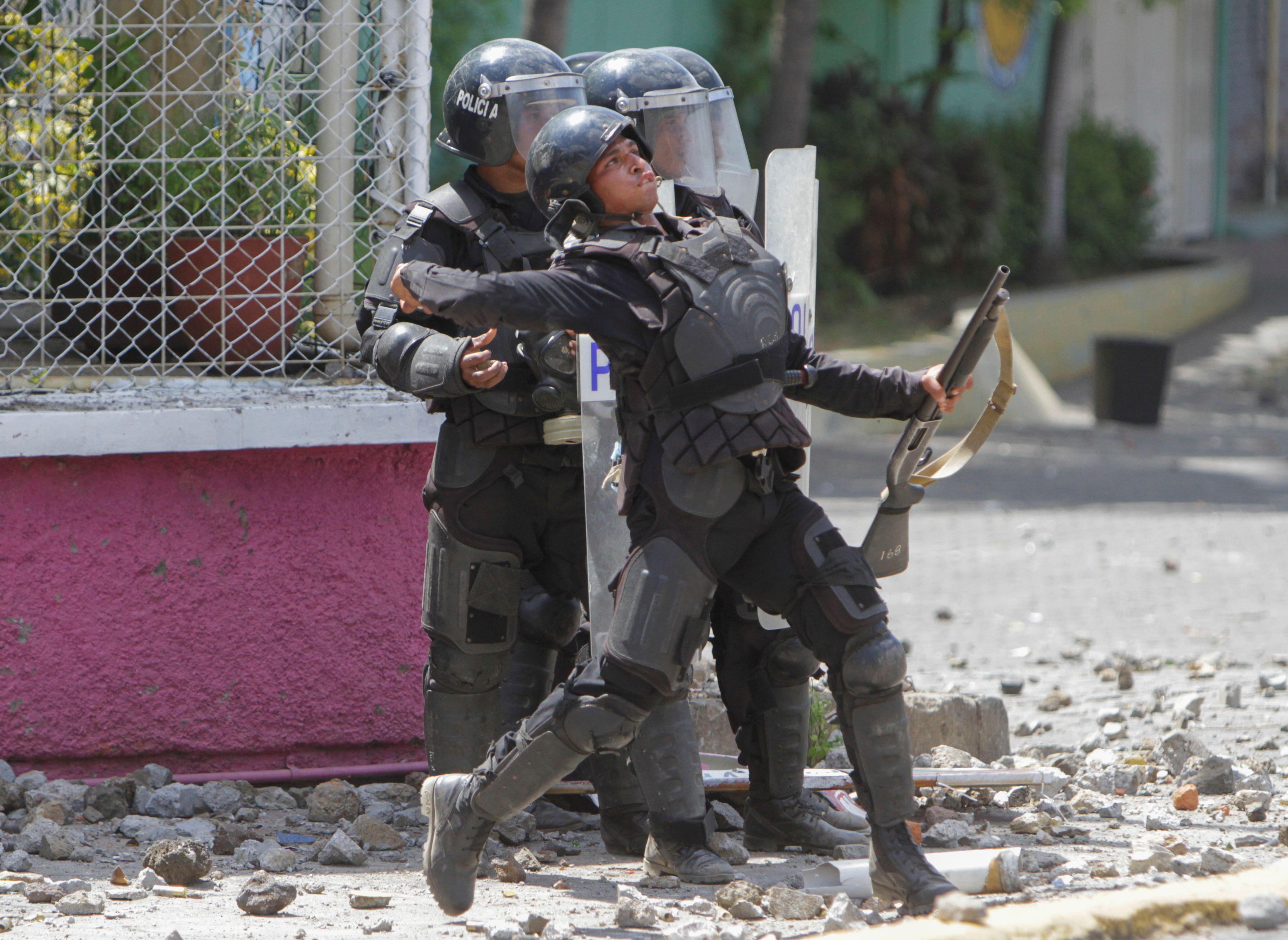 الشرطة تشتبك مع المتظاهرين بالحجارة