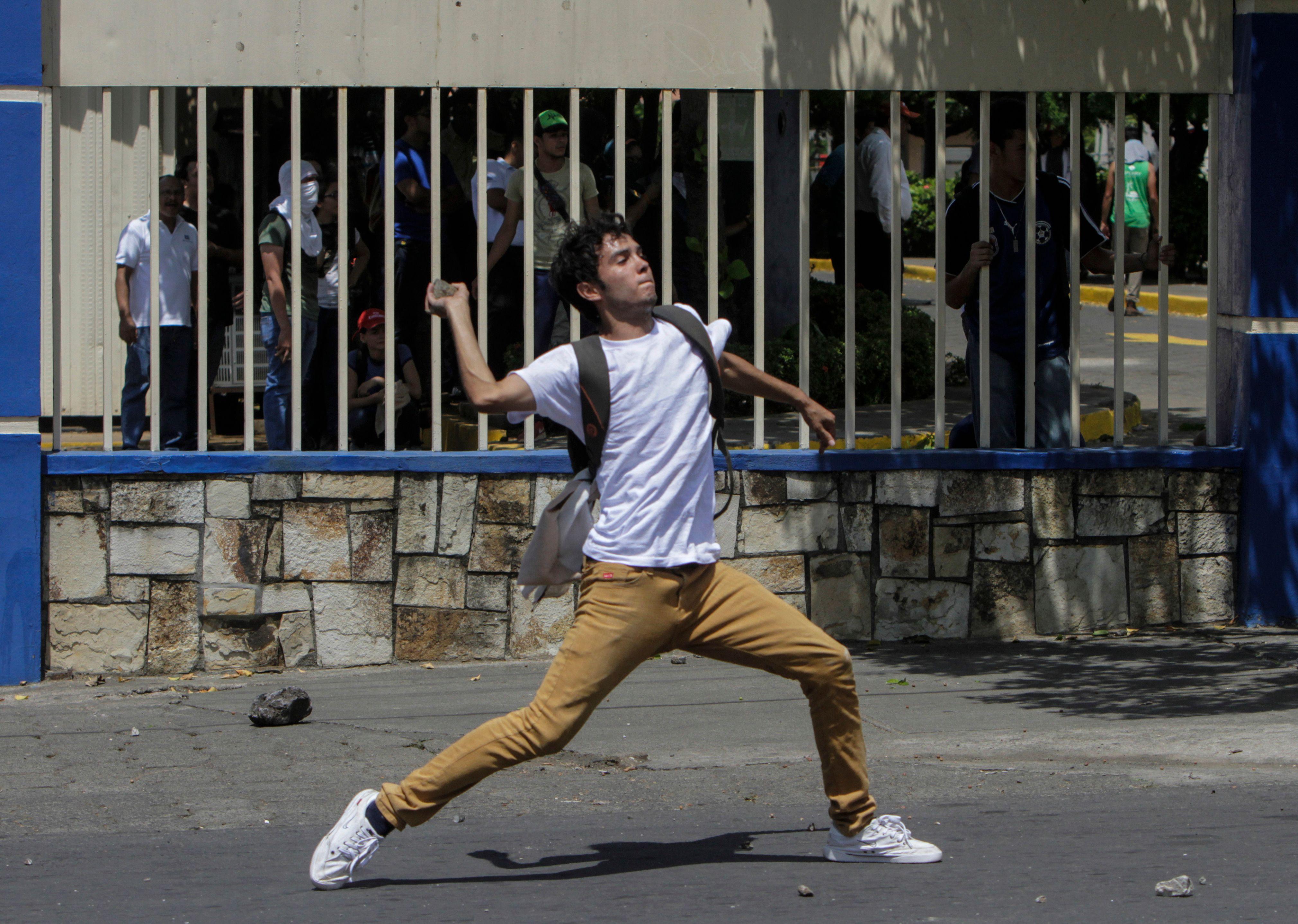 طالب فى نيكارجوا يقصف الشرطة بالحجارة