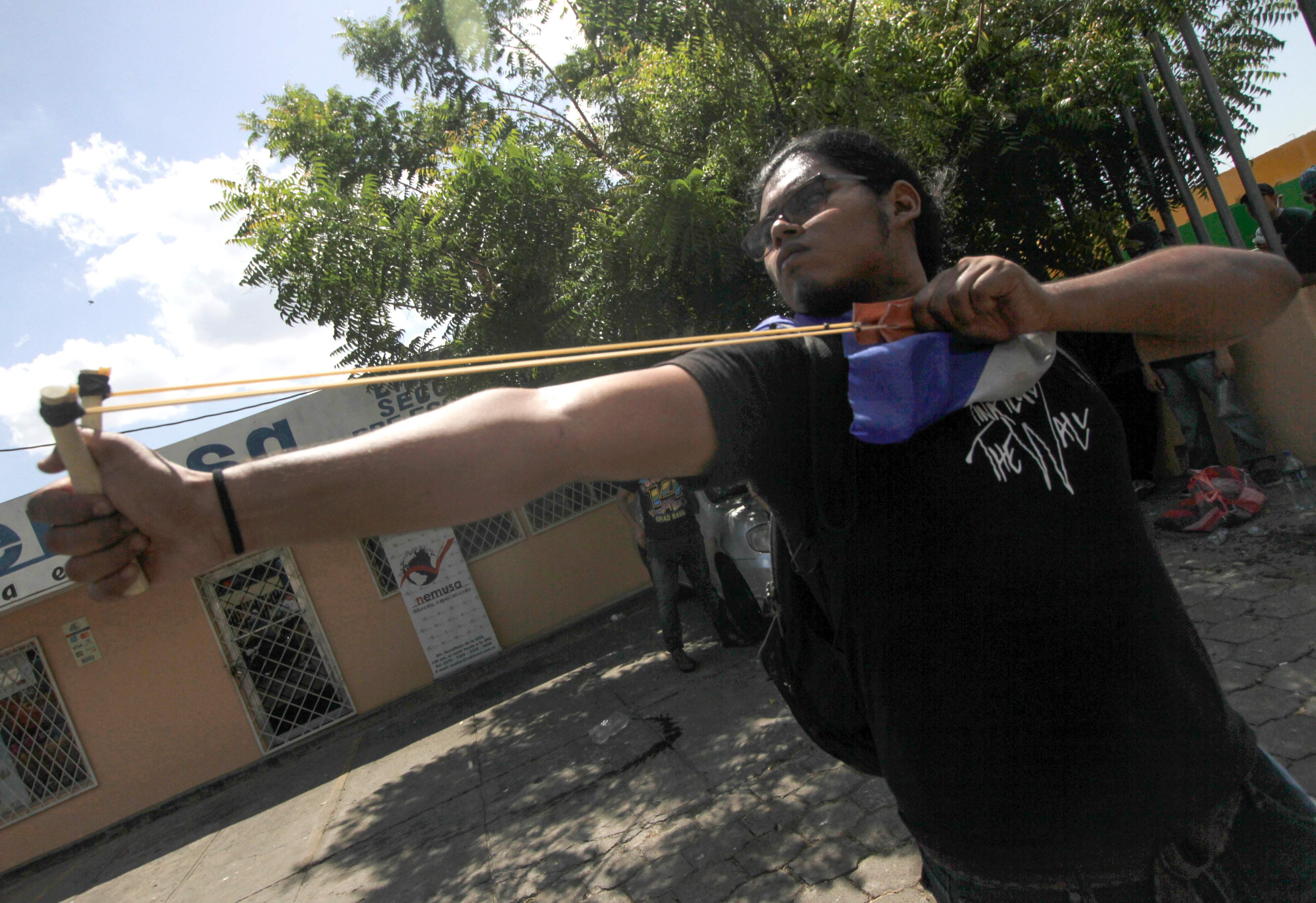 أحد الطلاب يقصف الشرطة بالنبلة