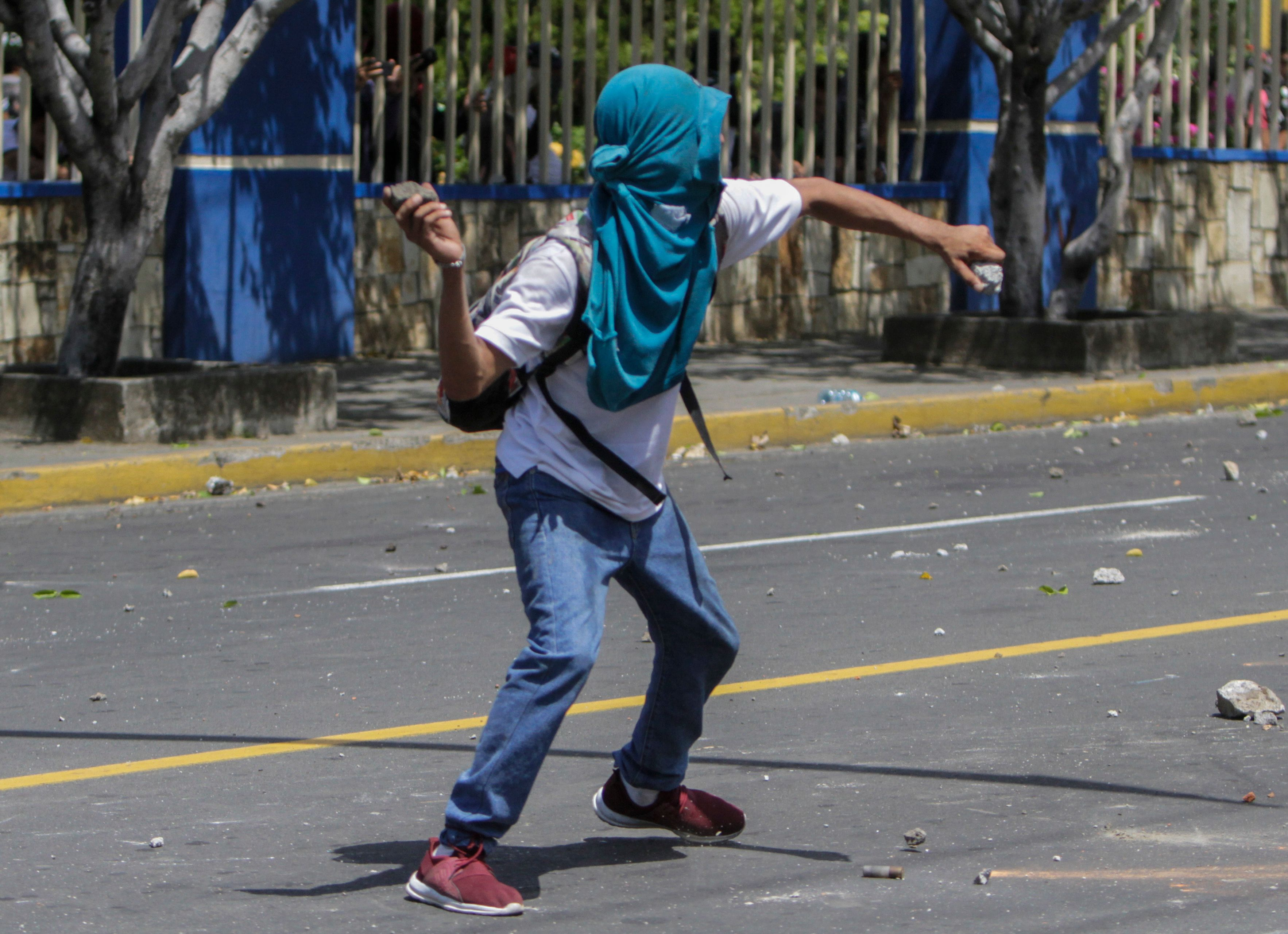 طالب يشتبك مع قوات الأمن