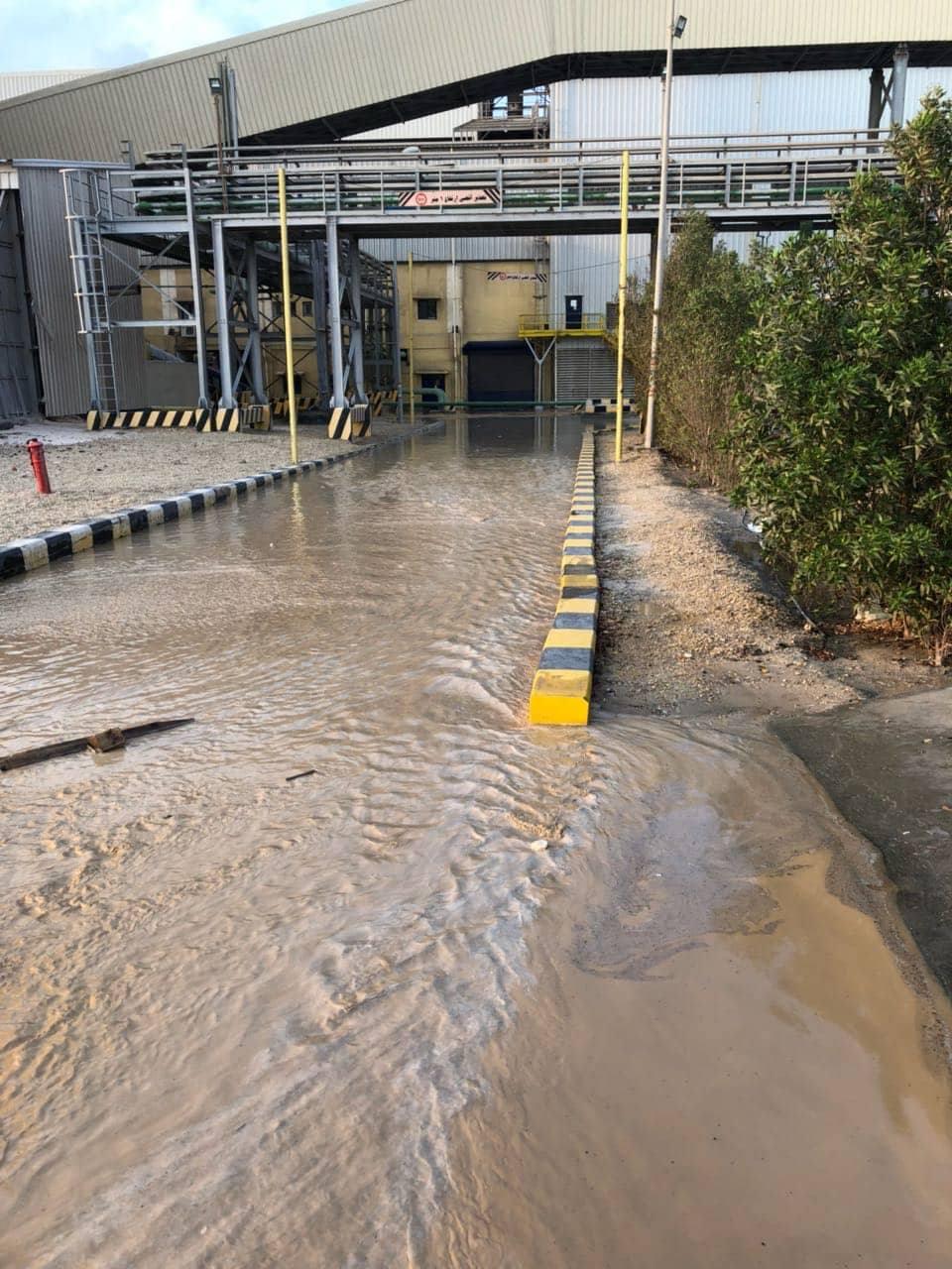 3- مياه السيول تصل لمصنع