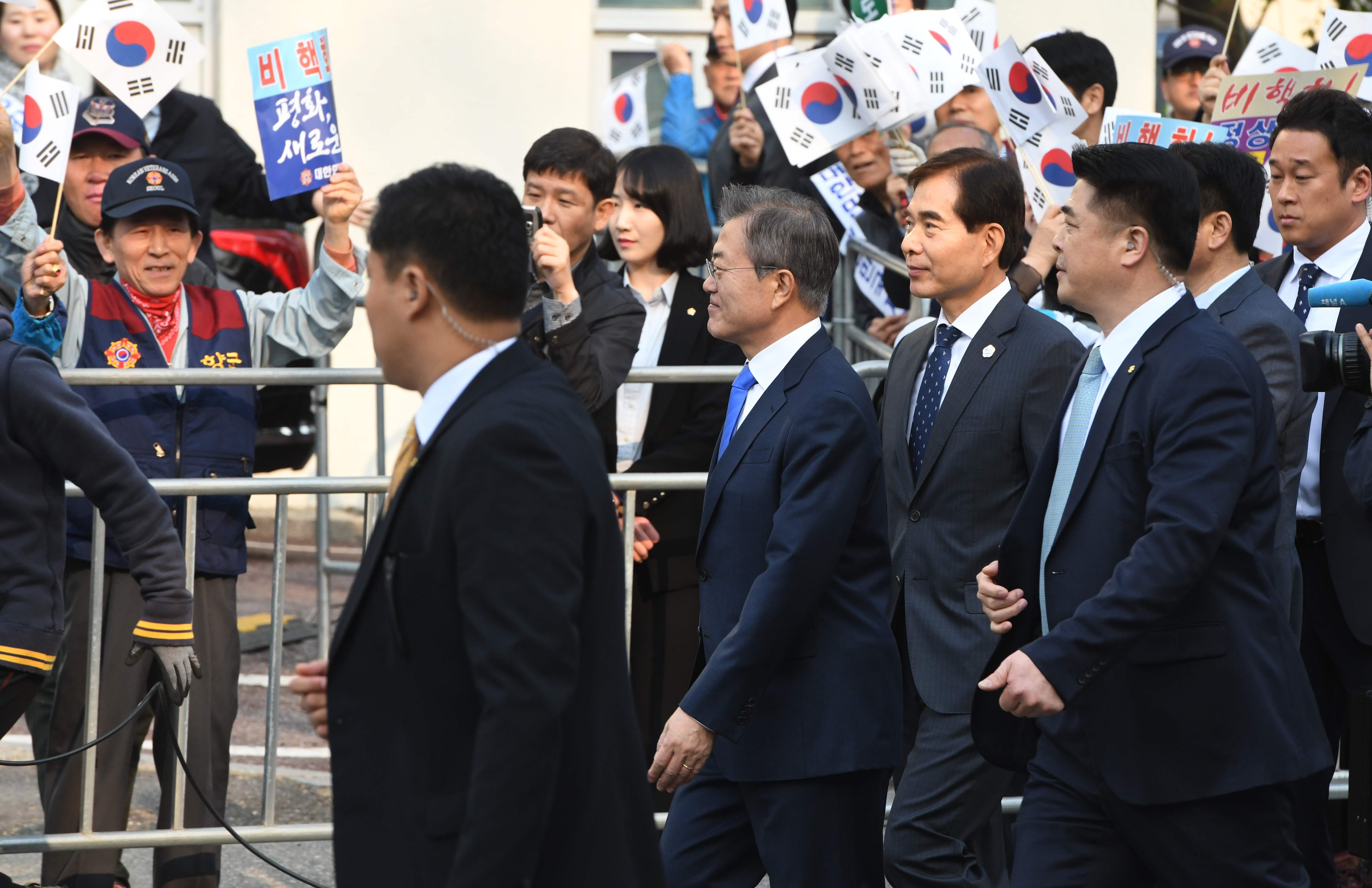 رئيس كوريا الجنوبية وسط انصاره