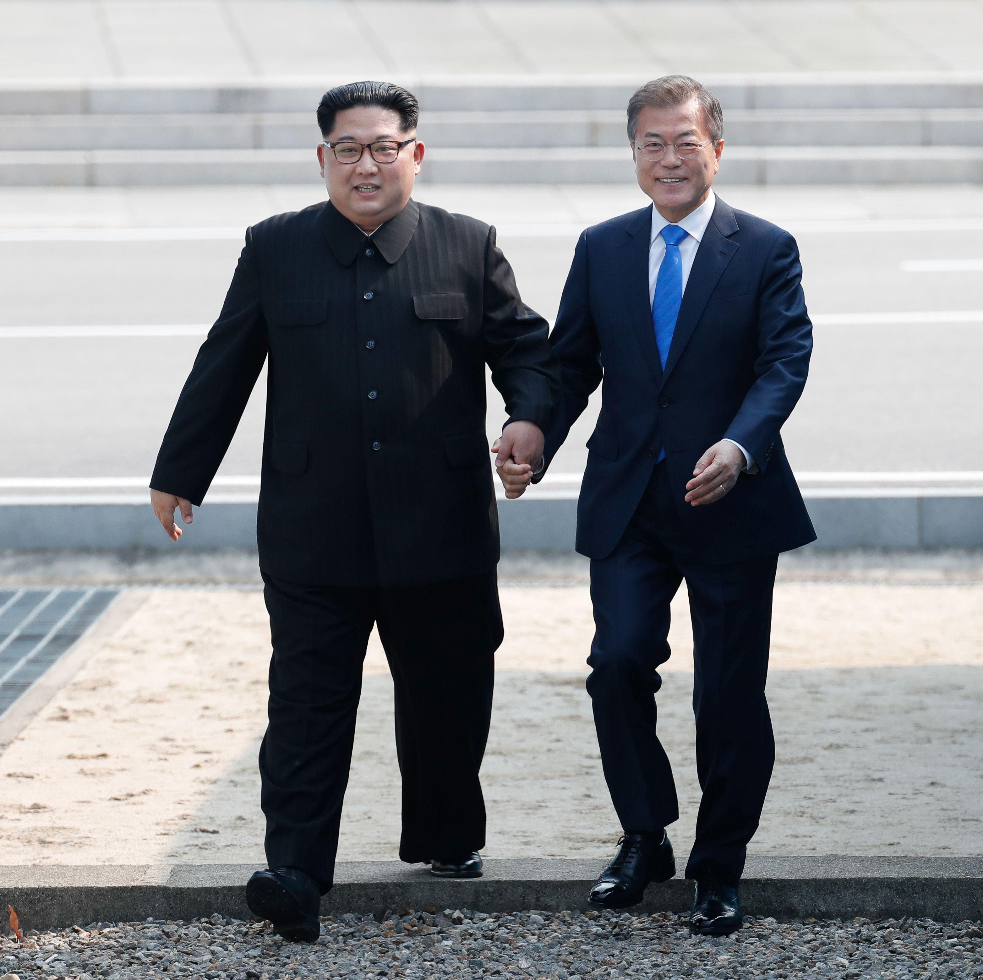 900274-لحظة-عبور-كيم-للخط-الفاصل-بتجاه-كوريا-الجنوبية