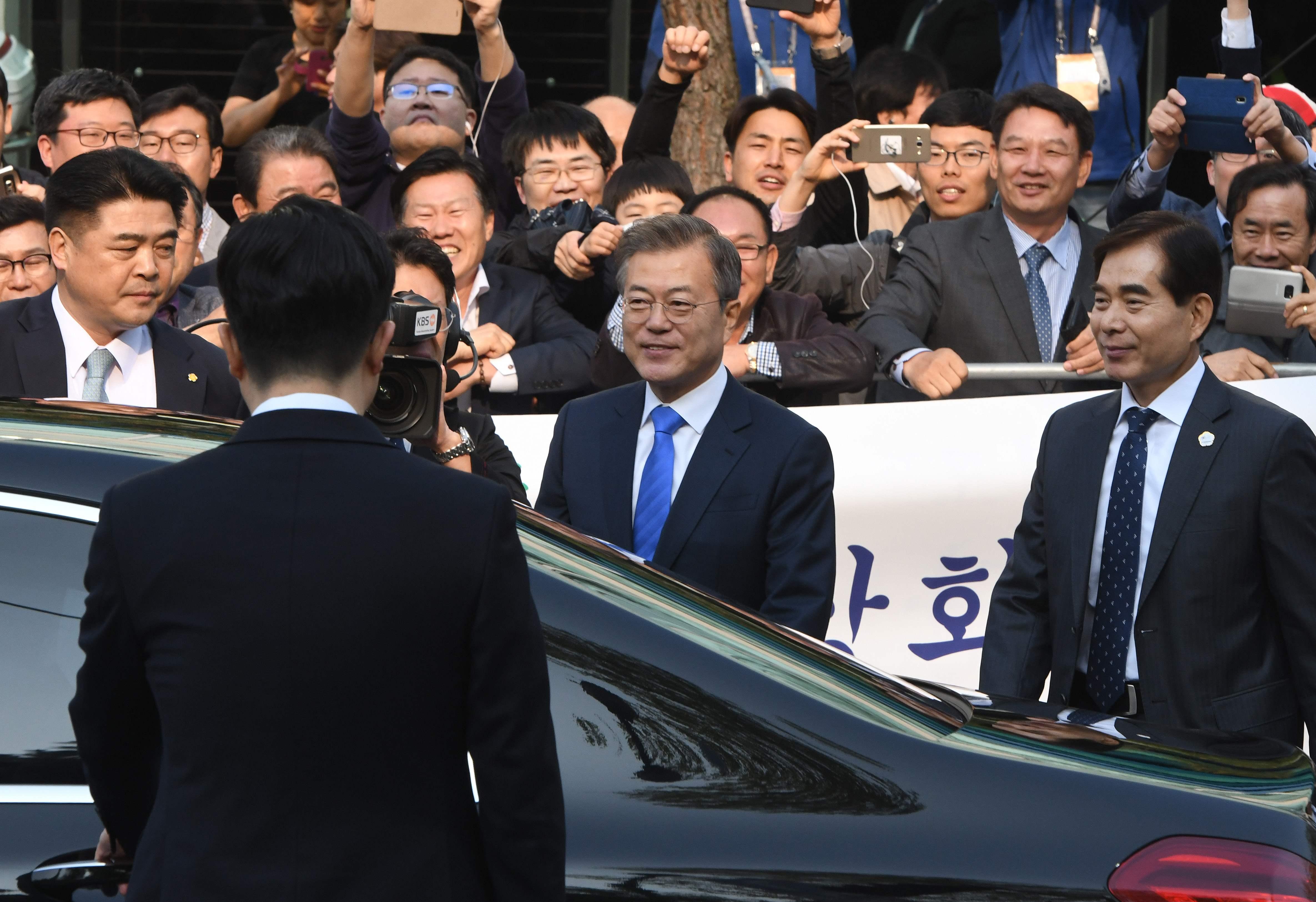 رئيس كوريا الجنوبية وسط العشرات