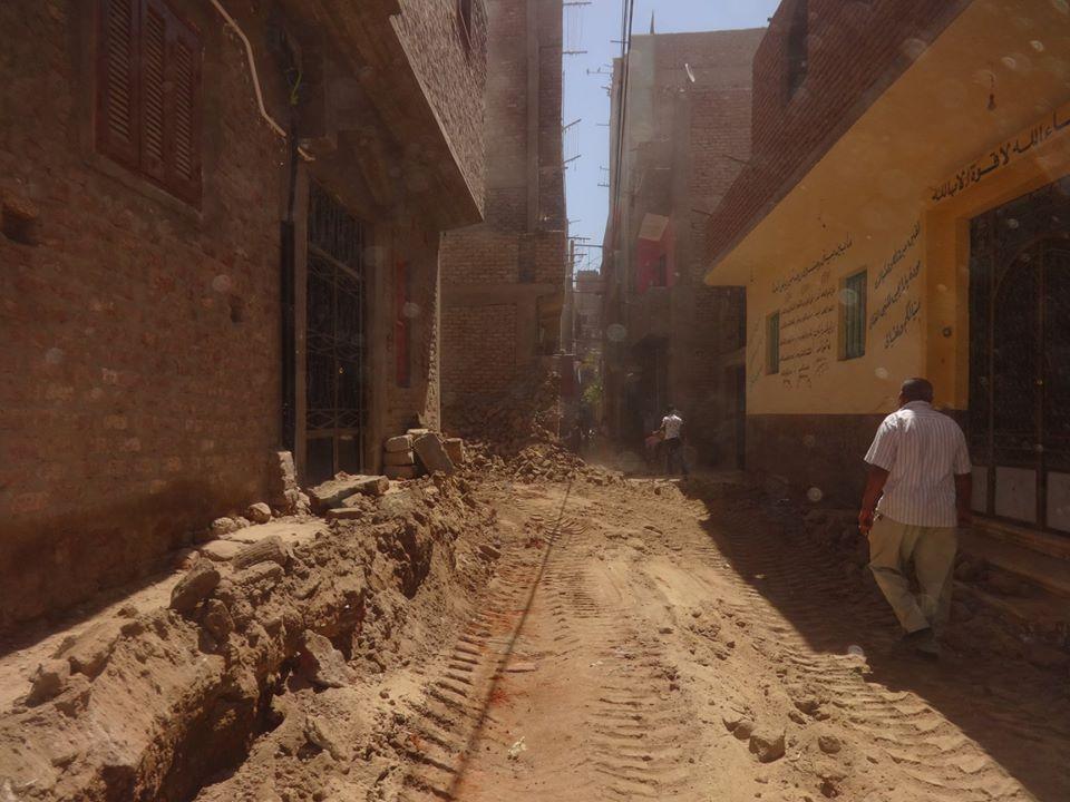 مجلس مدينة الأقصر يزيل حالة تعدي علي حرم الطريق العام (3)