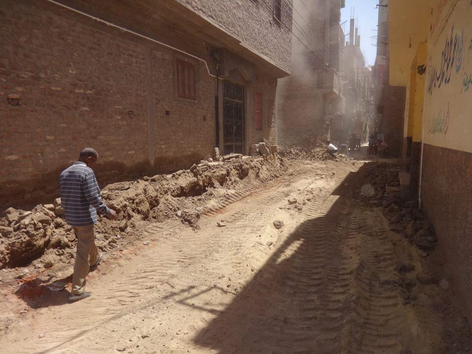 مجلس مدينة الأقصر يزيل حالة تعدي علي حرم الطريق العام (2)