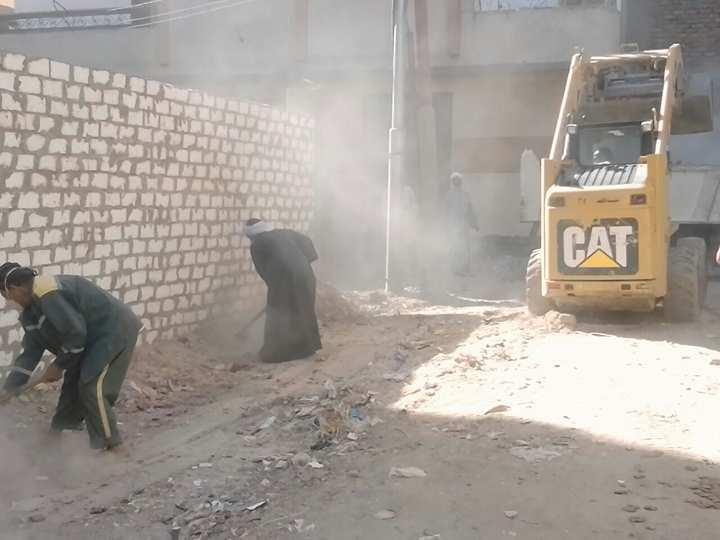 رفع 12 طن قمامة في حملة بقيادة المهندسة هدية ثابت بشرق السكة الحديد بمدينة الأقصر (2)
