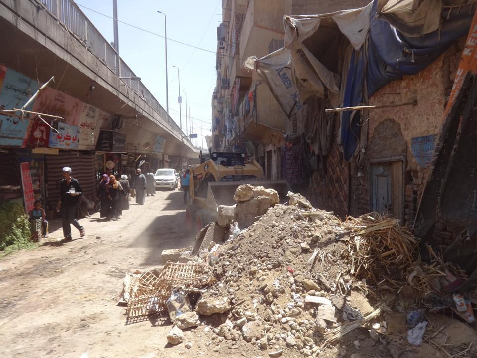 مجلس مدينة الأقصر يقود حملة لإزالة الإشغالات والتعديات بالطريق العام أسفل كوبري أبو الجود (3)