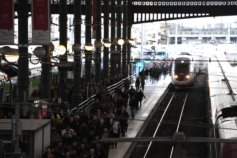 عشرات المسافرين على رصيف القطار بفرنسا