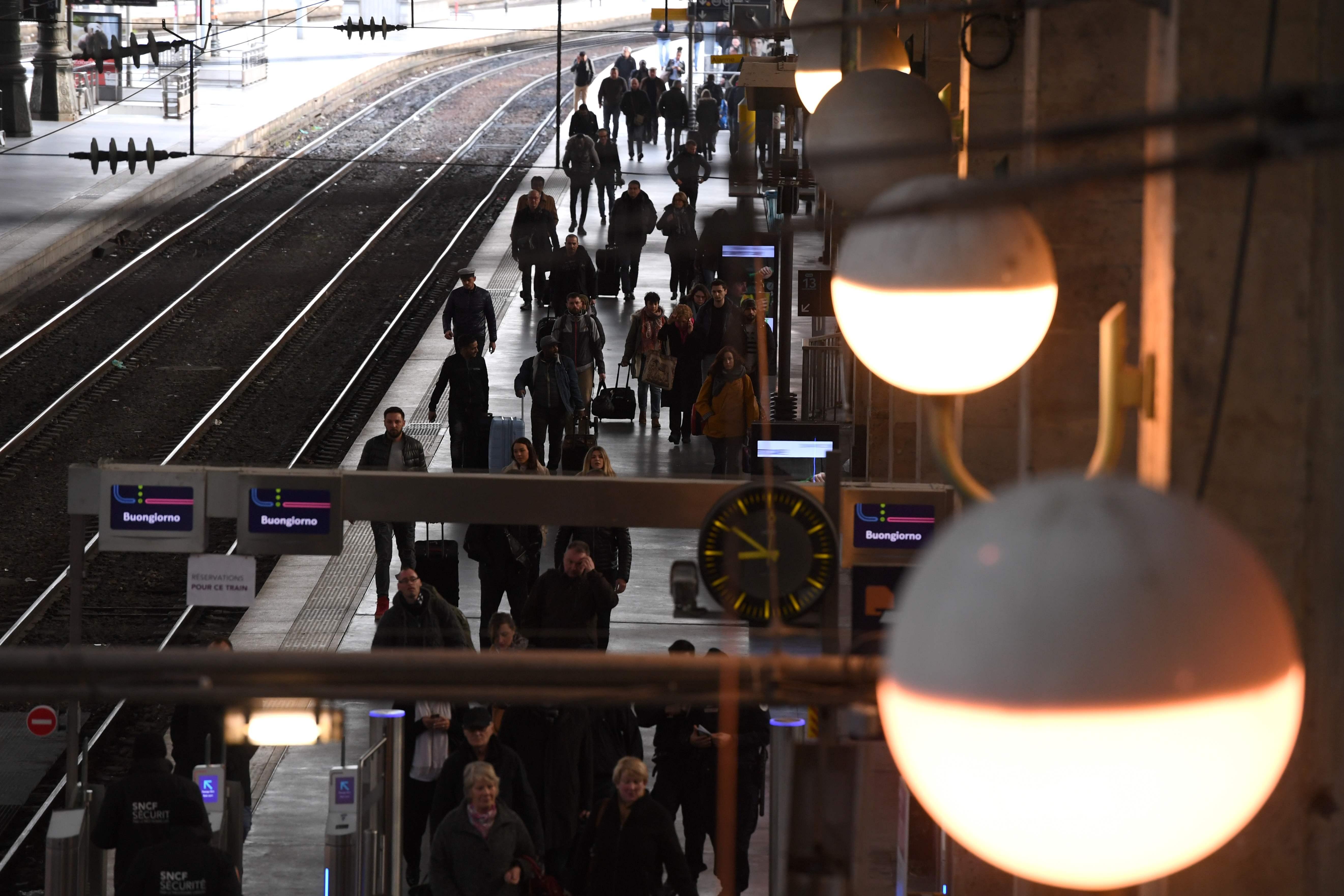 رواد القطارات فى فرنسا يتحركون بطول السكك الحديدية