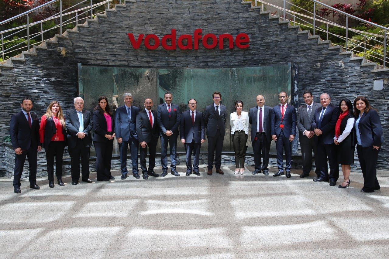 صورة تذكارية للوزير وقيادات الشركة