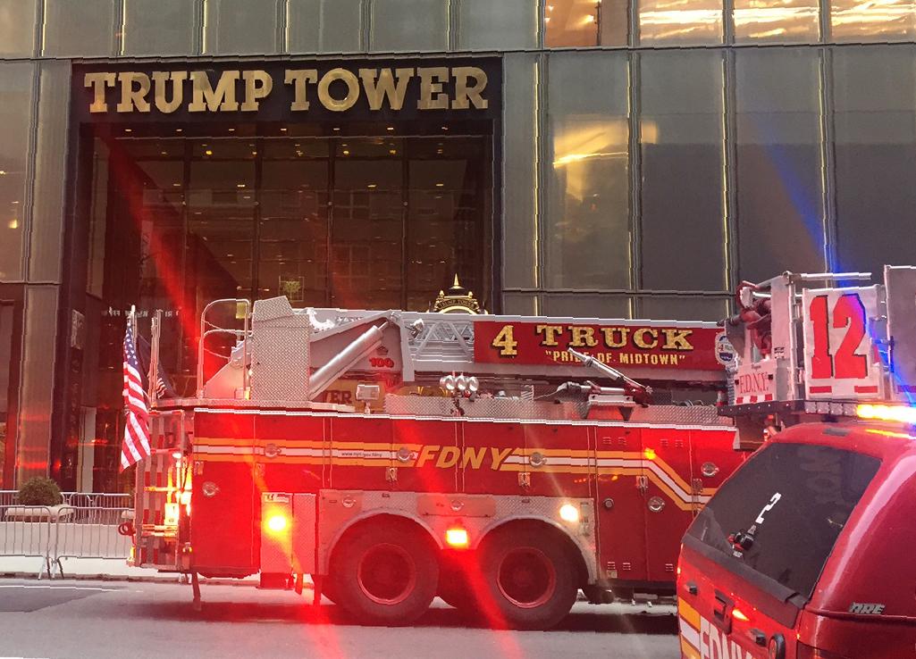 إحدى سيارات الإطفاء أمام برج ترامب