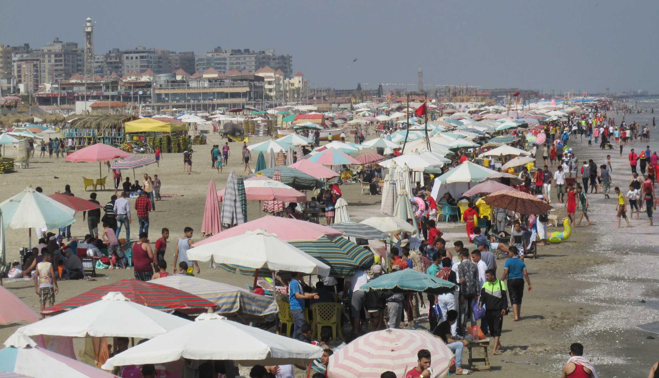 إفبال على شاطئ بورسعيد إحتفالا بشم النسيم