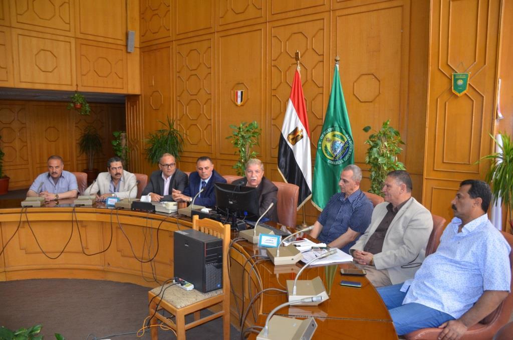 3- المحافظ والنواب أثناء الجلسة