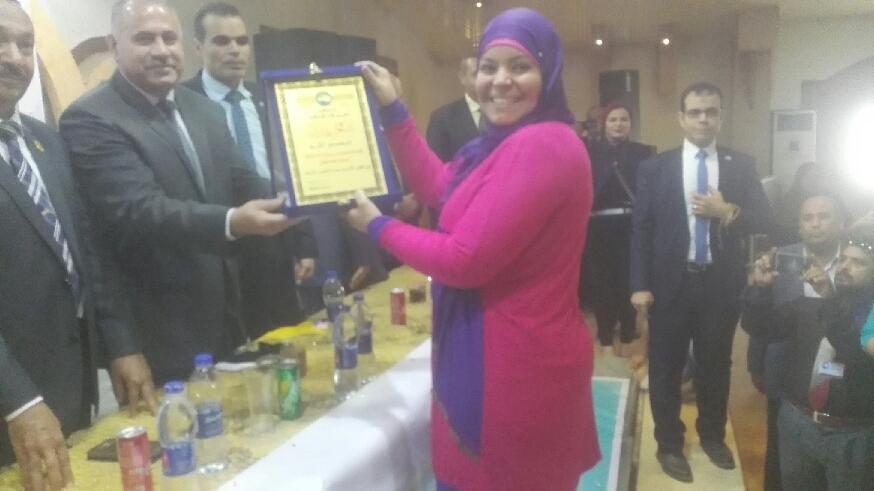 3- تكريم نائب رئيس تمريض المستشفى الجامعى