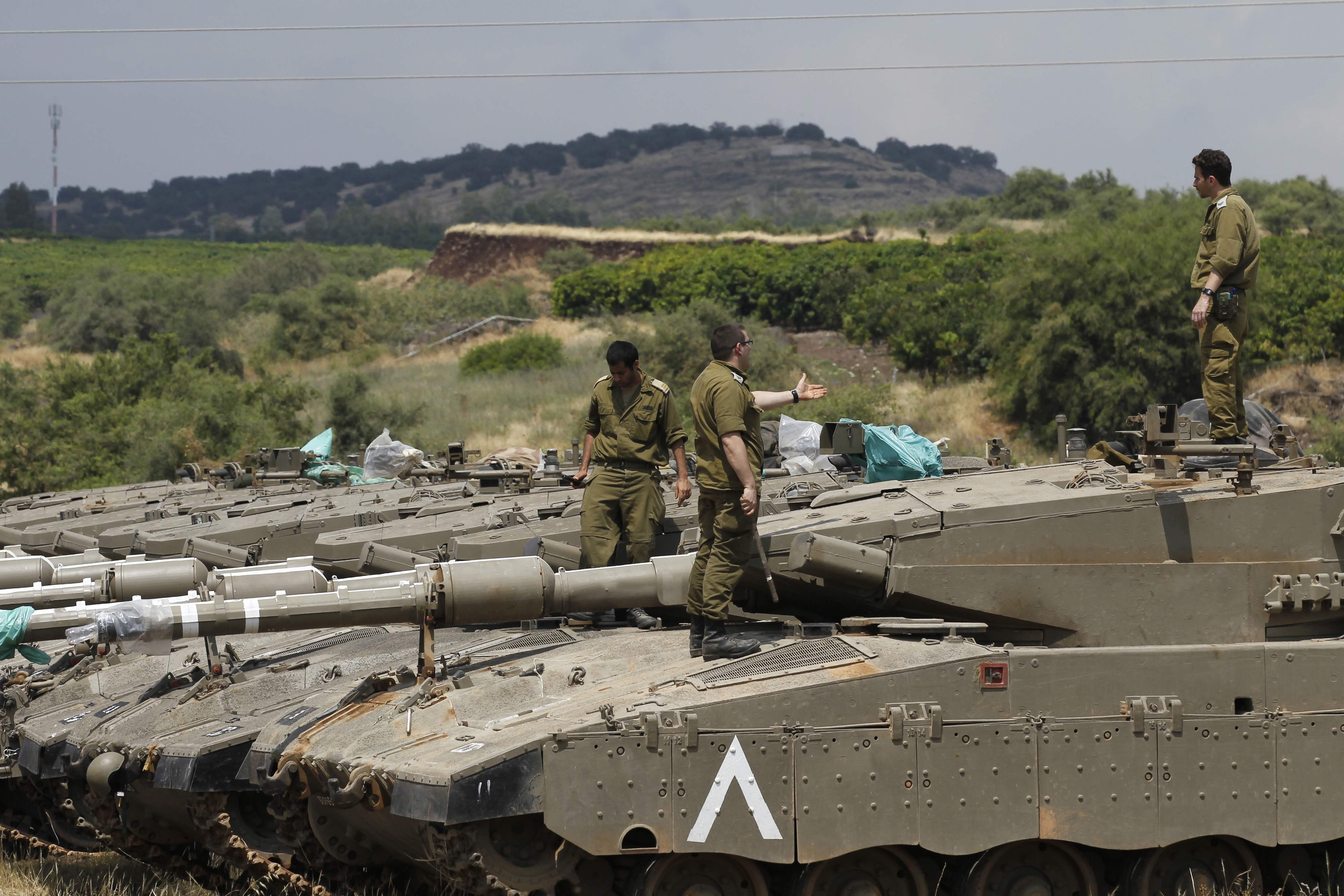 عناصر الاحتلال الاسرائيلى على ظهر آليات عسكرية