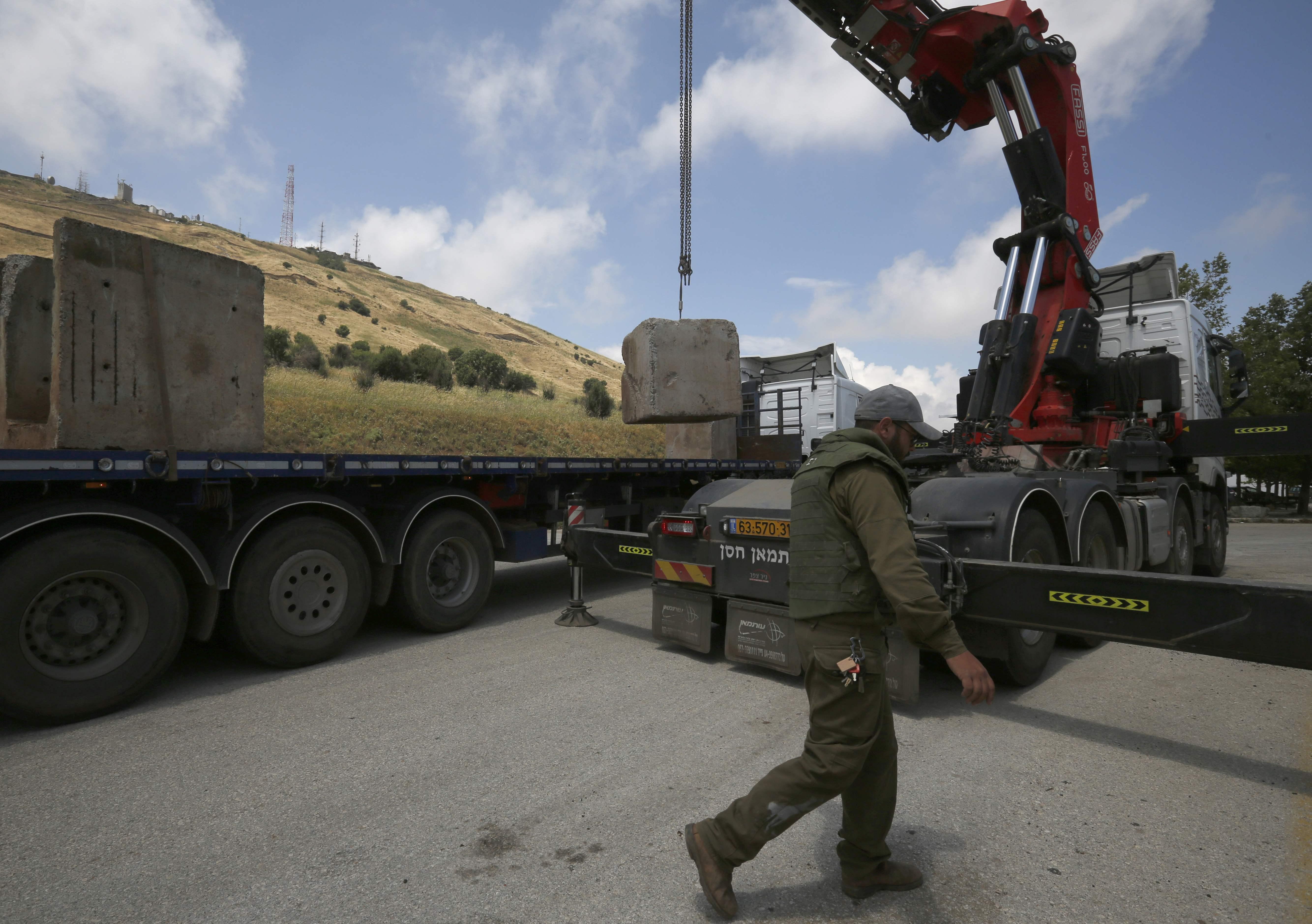 الاحتلال الاسرائيلى يضع حواجز خرسانية فى الجولان المحتل