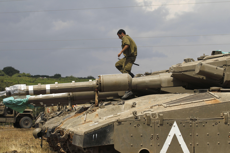 أحد عناصر الاحتلال فوق دبابة