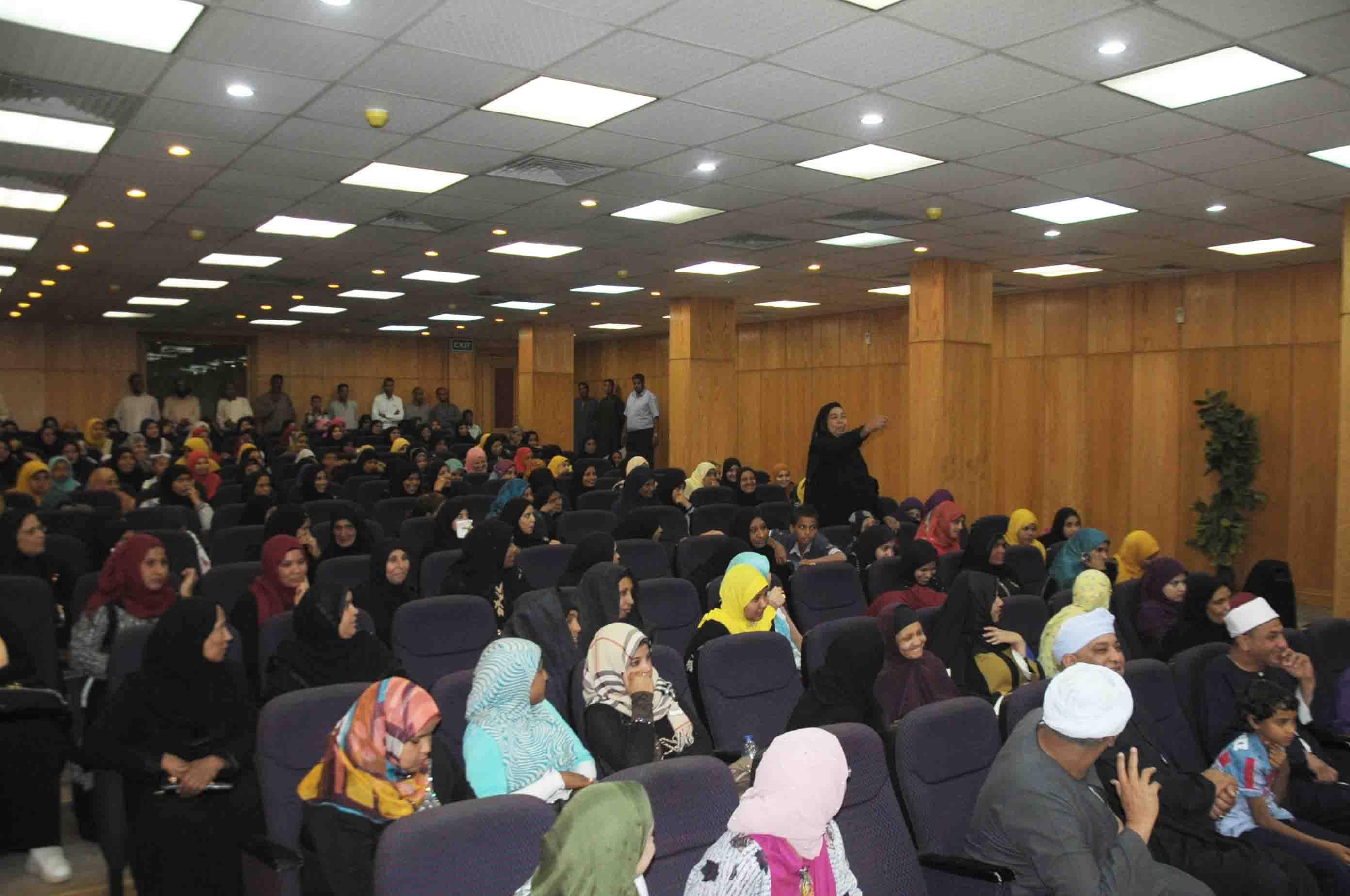 محافظ الأقصر يشهد تسليم شيكات مساعدات لـ103 عروسة من جمعية الأورمان (2)