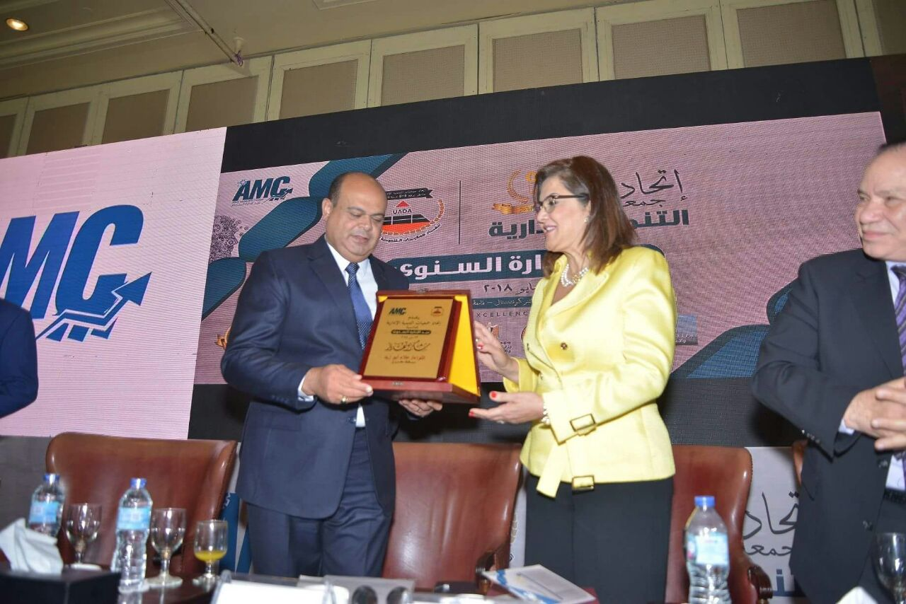محافظ مطروح يحصل على جائزة التميز الإداري لأفضل محافظ  (1)