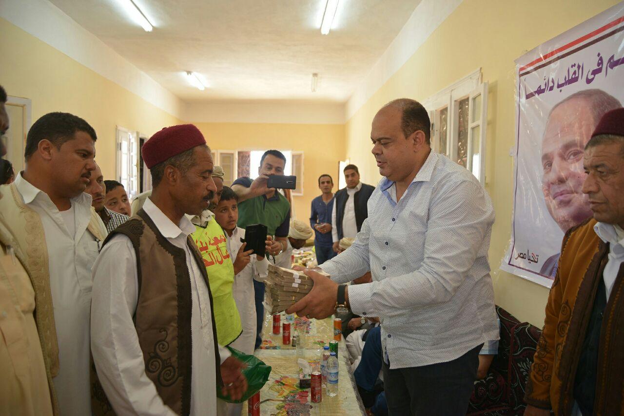 محافظ مطروح يوزع هدية رئيس الجمهورية على أهالي قارة أم الصغير (3)