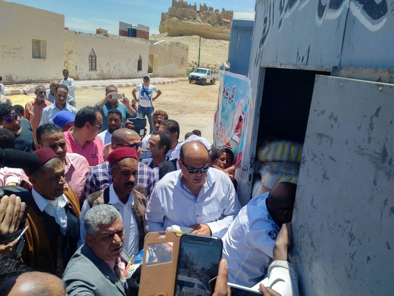 محافظ مطروح يوزع هدية رئيس الجمهورية على أهالي قارة أم الصغير (5)