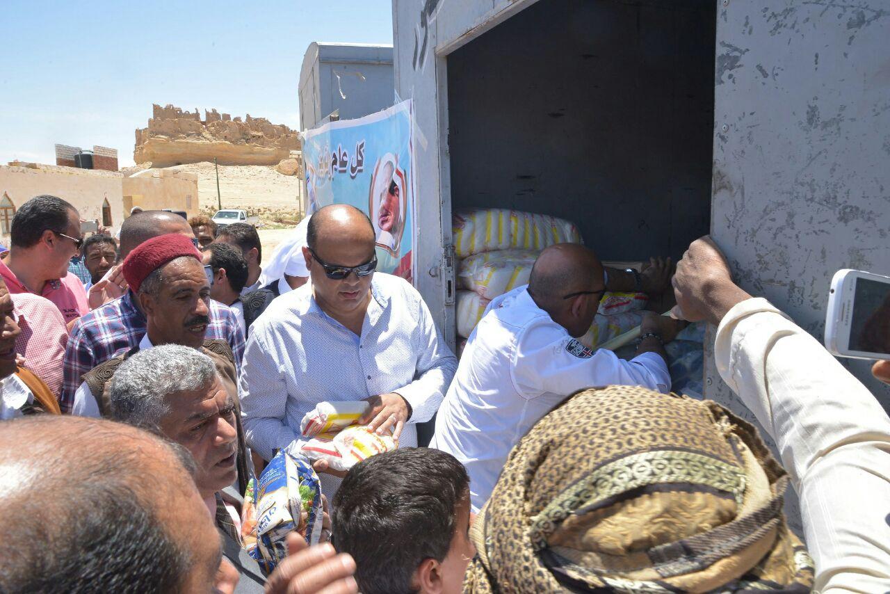 محافظ مطروح يوزع هدية رئيس الجمهورية على أهالي قارة أم الصغير (7)