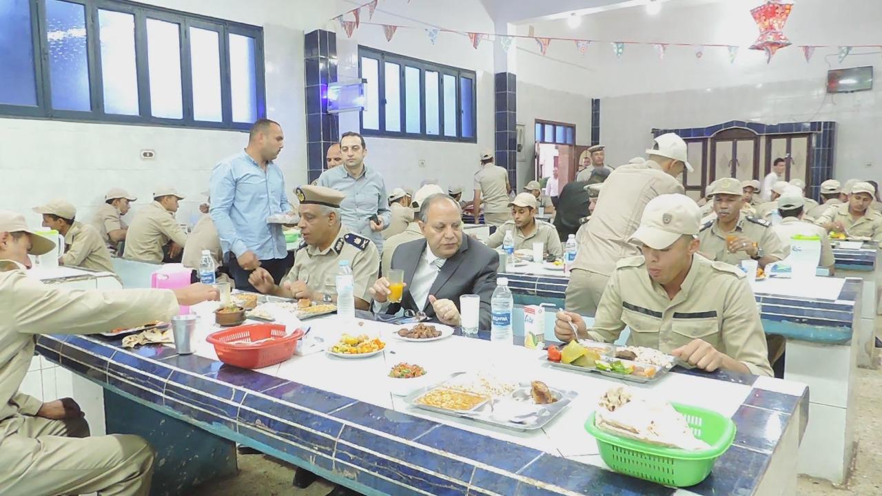 2- جانب افطار مدير الامن مع المجندين