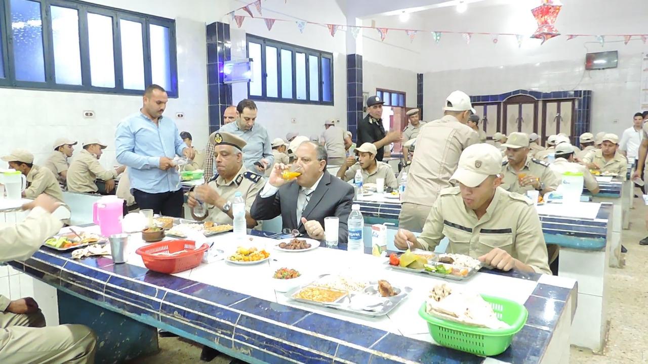 1- مدير أمن كفر الشيخ يتناول طعام الإفطار مع المجندين
