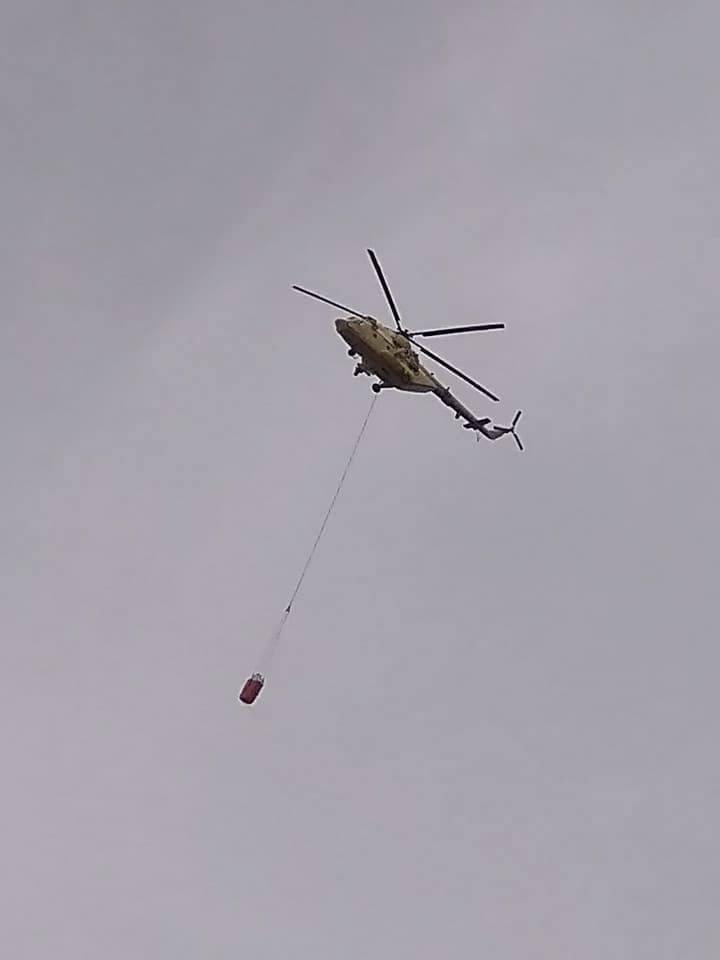 طائرة الإطفاء تصل موقع الحريق (3)