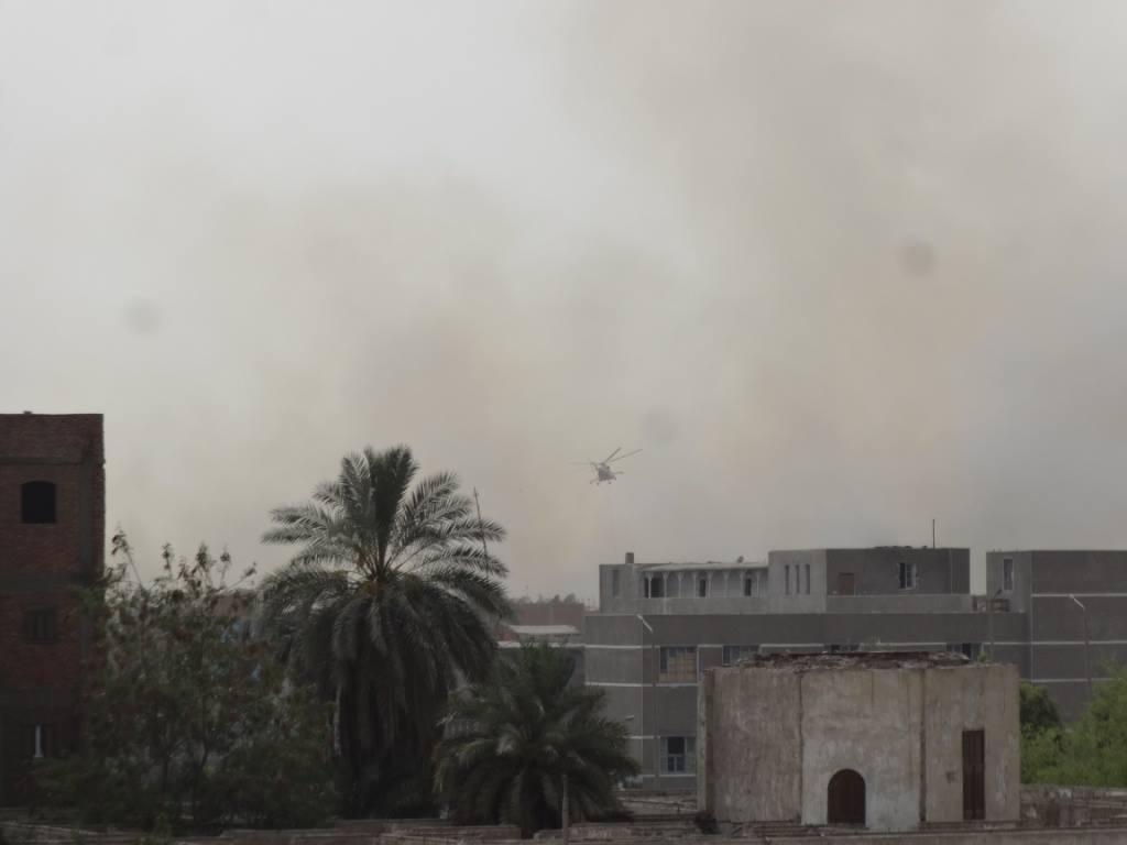طائرة الإطفاء تصل موقع الحريق (1)