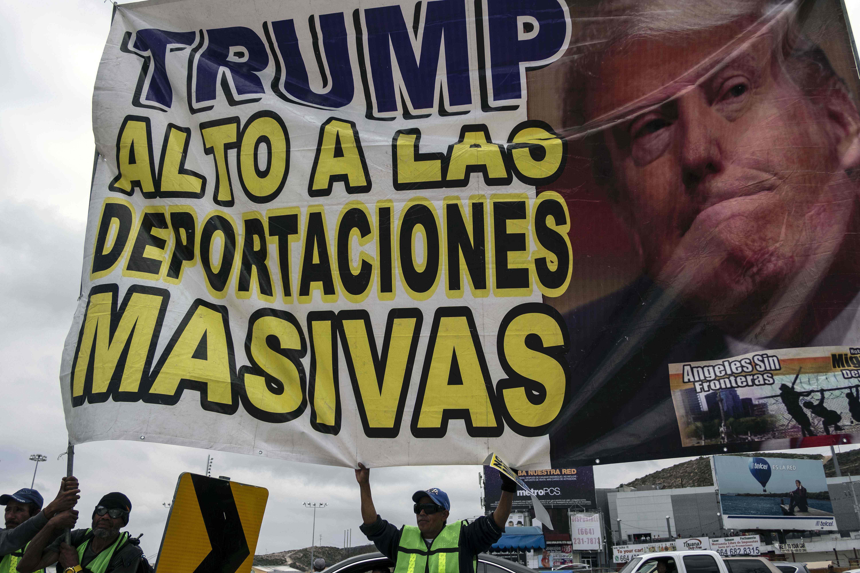 لافتة تندد بسياسات ترامب