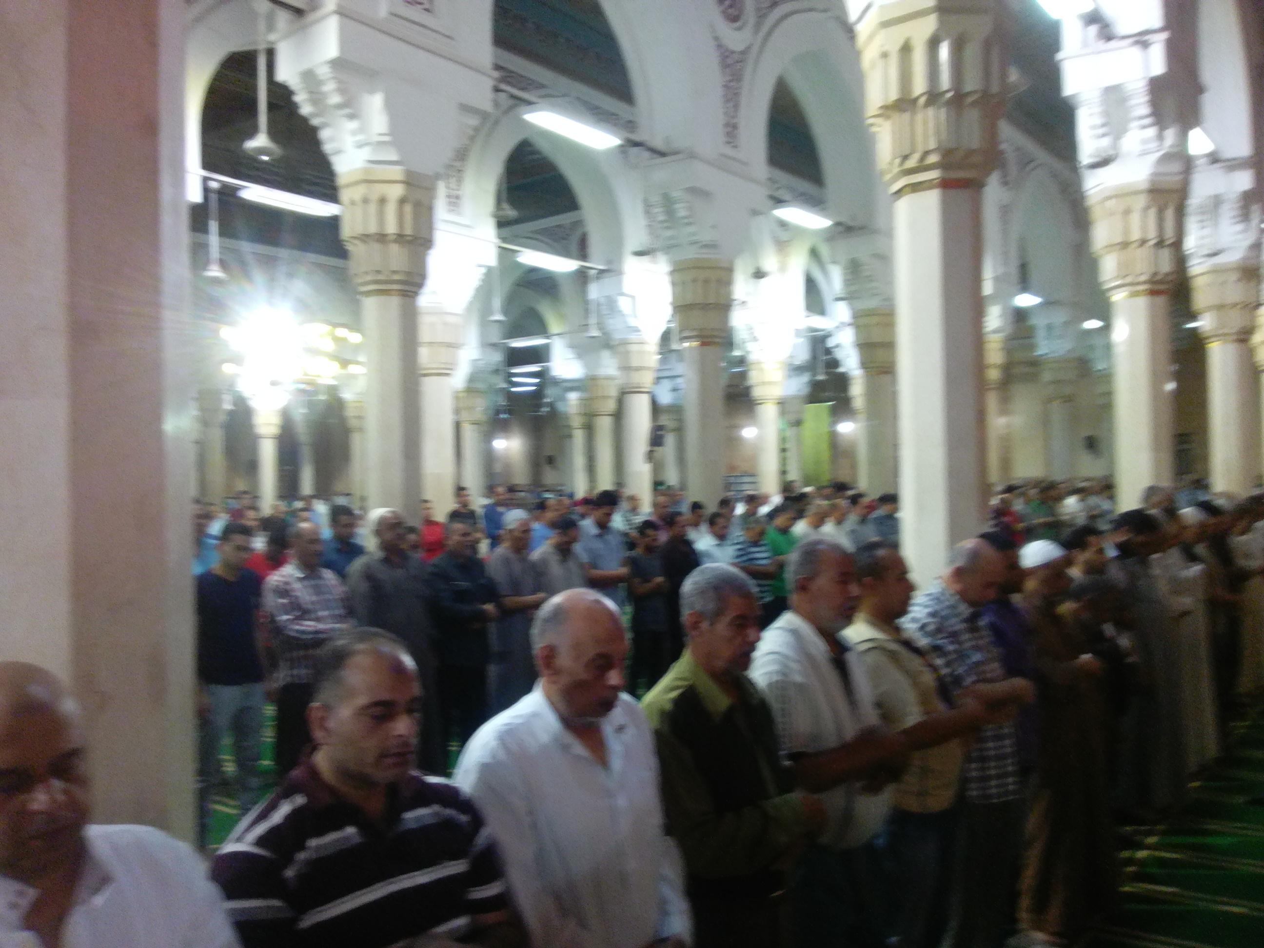 6- جانب من المصلين في المسجد
