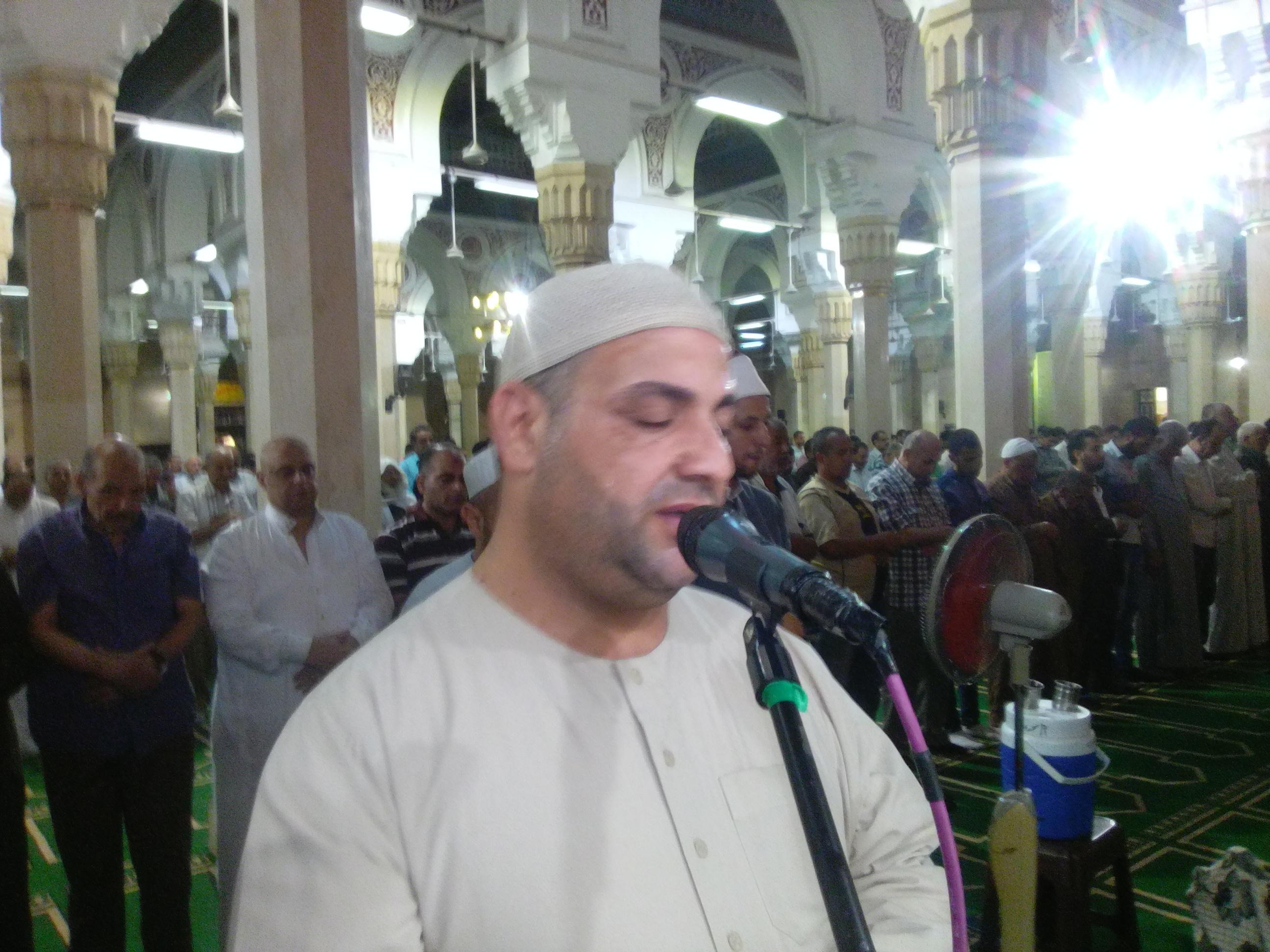2- الشيخ البري يؤدي صلاة الترالويح