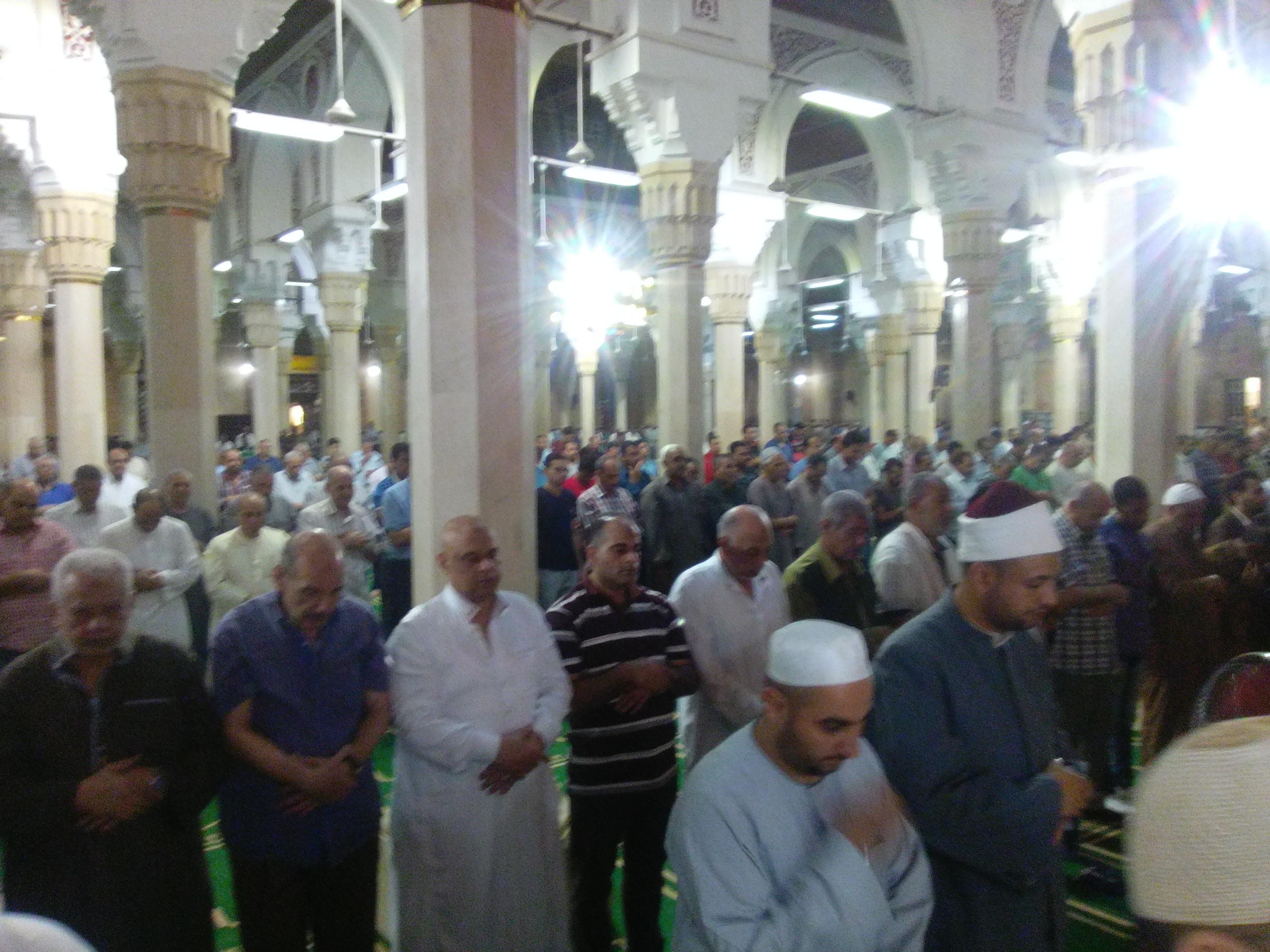 3- المئات يؤدون صلاة التراويح بمسجد الدسوقي