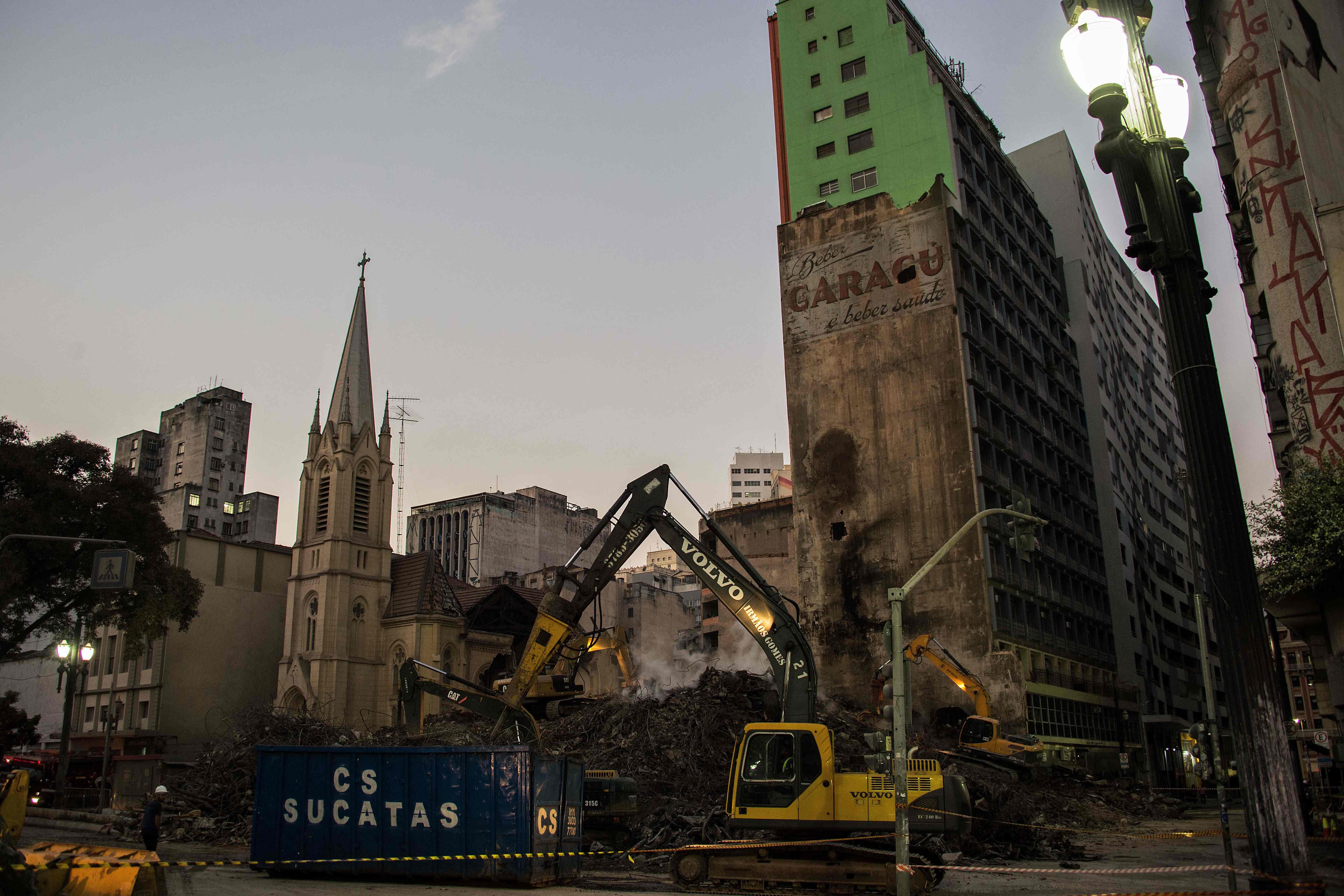 إزالة انقاض مبنى انهار فى البرازيل