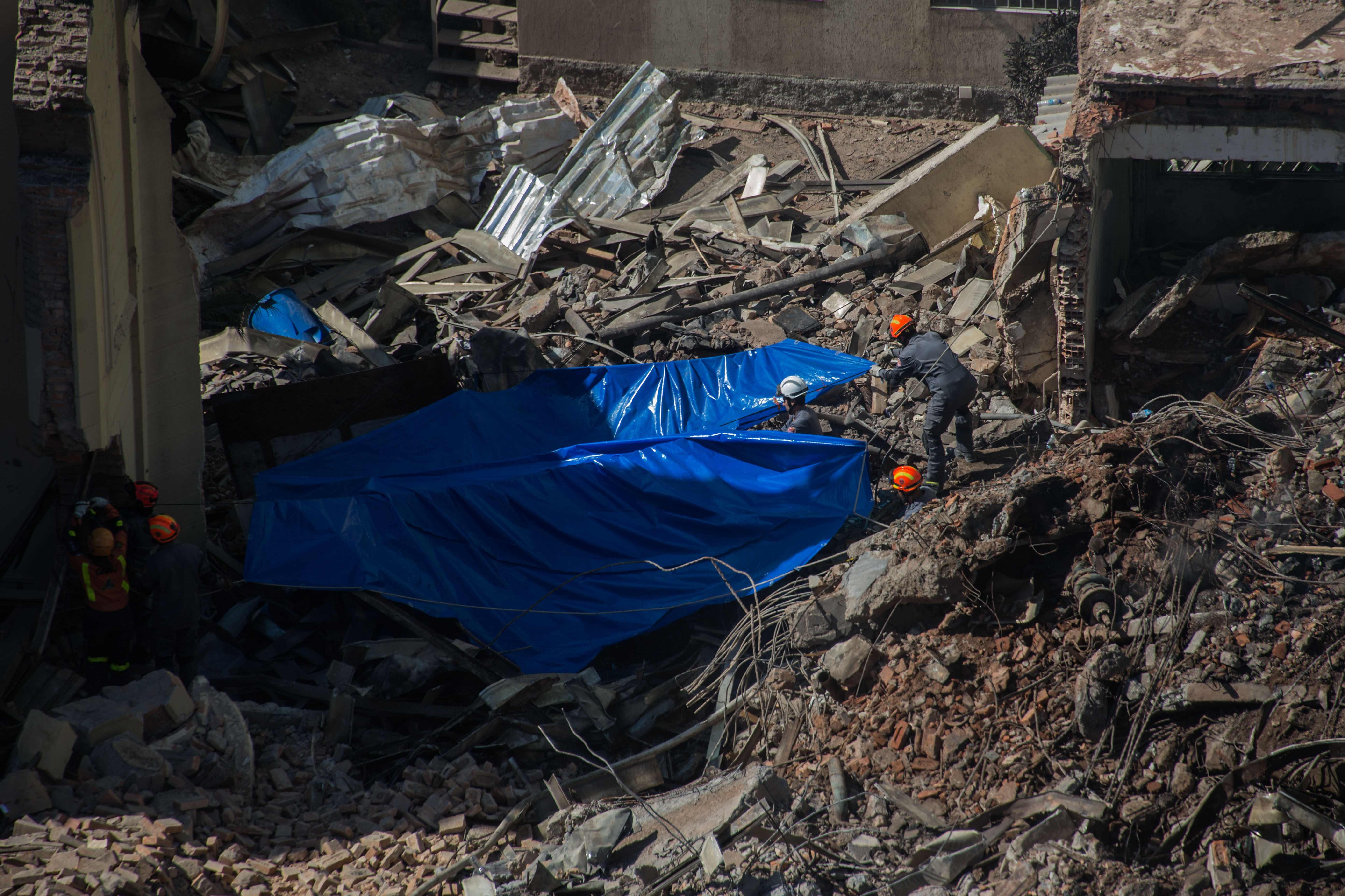 البحث عن مفقودين تحت أنقاض مبنى من 26 طابقا